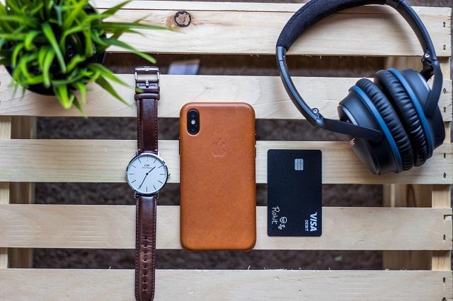 Zegarek, komórka i karta płatnicza