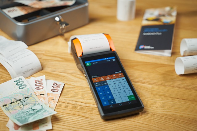 Kasa, pieniądze na stole
